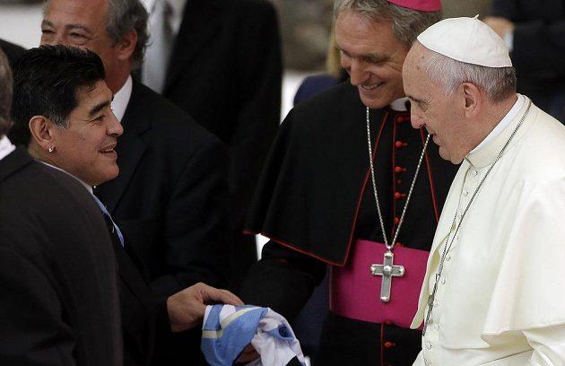 Legendární Argentinec Diego Maradona se dostal až k papežovi, kterému předává na archivním snímku svůj fotbalový dres. Teď sportovní svět zasáhla smutná zpráva. Maradona zemřel.
