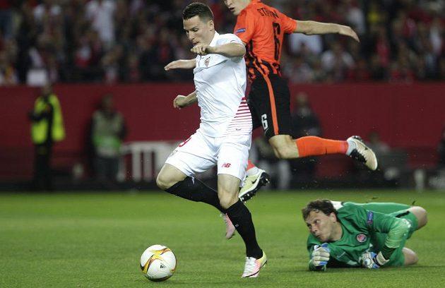 Sevillský Kevin Gameiro dává druhý gól v odvetě proti Šachtaru Doněck.