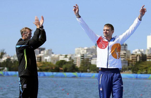 Český skifař Ondřej Synek se raduje z bronzu. Vlevo mu tleská olympijský vítěz Mahé Drysdale.