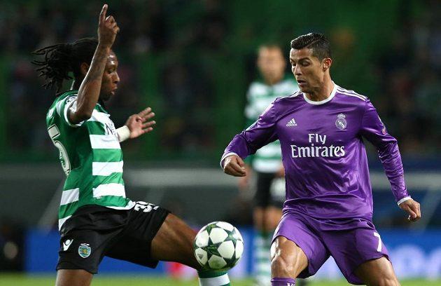 Ruben Semedo ze Sportingu (vlevo) se snaží připravit o míč Cristiana Ronalda z Realu Madrid.
