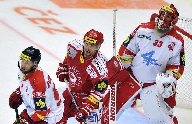 Třinecký Tomáš Plíhal mezi olomouckými Radimem Kucharczykem (vlevo) a brankářem Tomášem Vošvrdou.