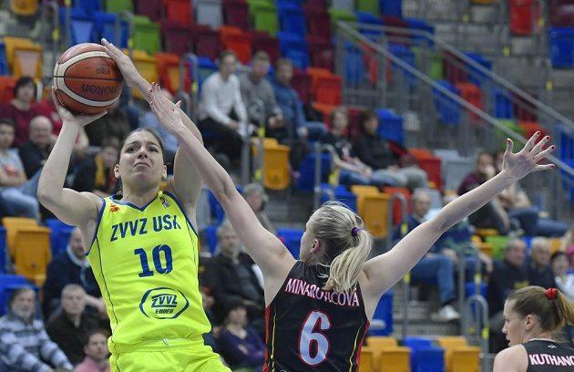 Zleva Marta Xargayová z USK Praha a Kristýna Minarovičová z Hradce ve finále basketbalistek.