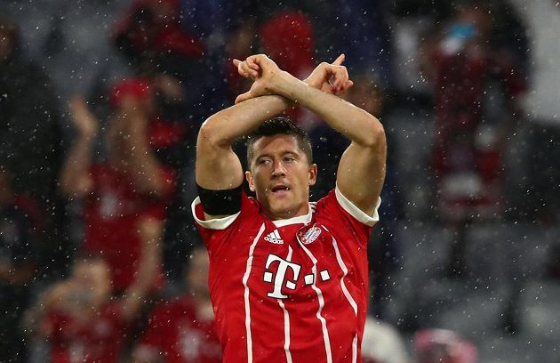 Hvězda Bayernu Mnichov Robert Lewandowski slaví gól proti Leverkusenu.