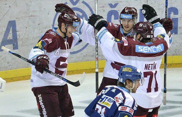 Sparťané (zleva) Lukáš Klimek, Jan Buchtele a Tomáš Netík se radují z gólu v utkání 21. kola proti Kometě Brno.