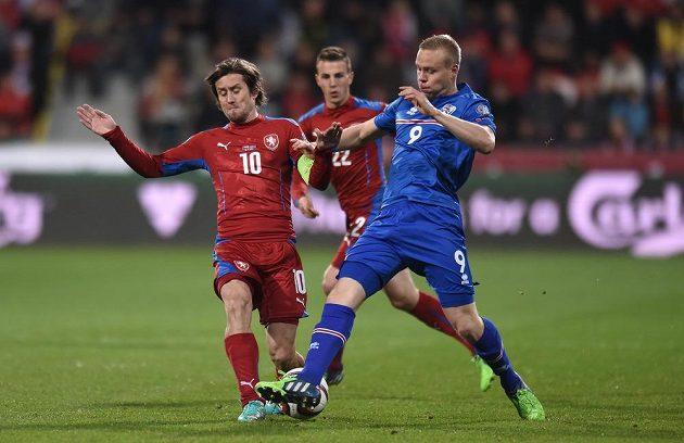 Tomáš Rosický a Kolbeinn Sigthórsson z Islandu během utkání kvalifikace ME 2016 v Plzni.
