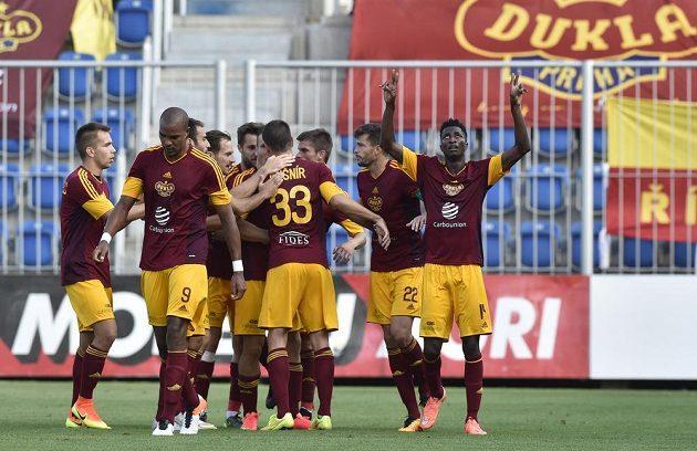 Fotbalisté Dukly se radují z Olayinkova (vpravo) gólu.