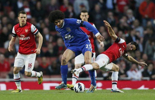 Kapitán Arsenalu Mikael Arteta (vpravo) bojuje o míč s Marouanem Fellainim z Evertonu.