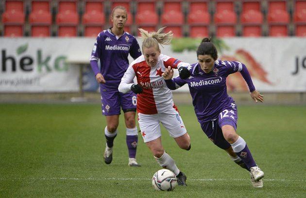 Zleva Mia Perssonová ze Slavie a Marta Mascarellová v utkání Ligy mistryň.