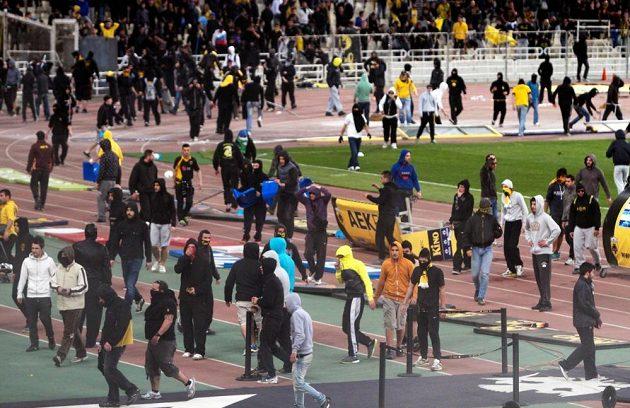 Fanoušci AEK Atény vtrhli během ligového zápasu s Panthrakikosem na trávník, sudí nakonec duel předčasně ukončili.