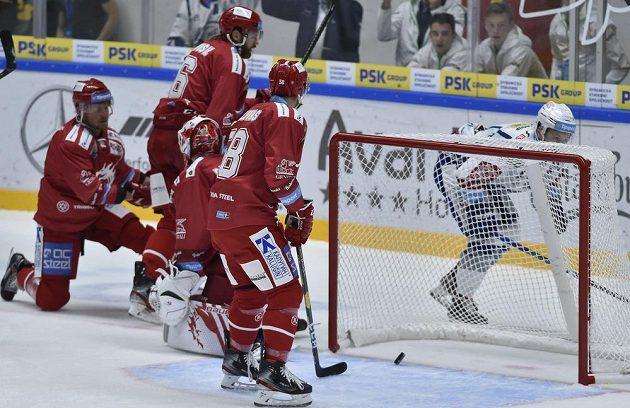 Jan Štencel z Brna (vpravo) střílí úvodní gól zápasu. Dále zprava Guntis Galvinš z Třince, David Musil a brankář Patrik Bartošák.