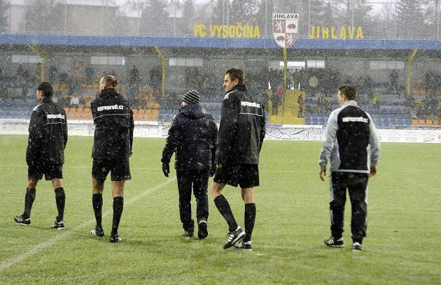 Hlavní rozhodčí Radek Matějek (vlevo) zápas 20. kola fotbalové Gambrinus ligy mezi Jihlavou a Mladou Boleslaví kvůli nepříznivému počasí a špatnému stavu hrací plochy odložil.