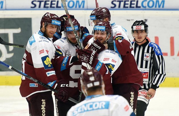 Hokejisté Sparty se radují z gólu.