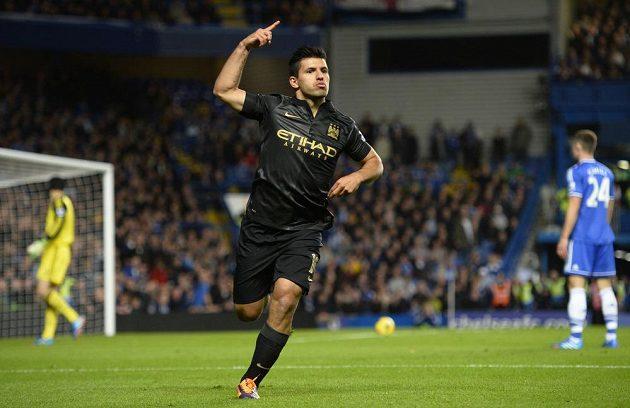 Útočník Manchesteru City Sergio Agüero se raduje z vyrovnávacího gólu na Stamford Bridge.