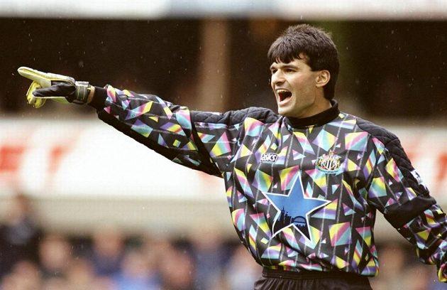 Fotbalové módě 90. let - pestrobarevným dresům - se nevyhnul ani Pavel Srníček.