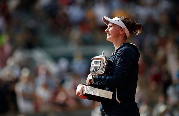 Barbora Krejčíková s trofejí za triumf na Roland Garros
