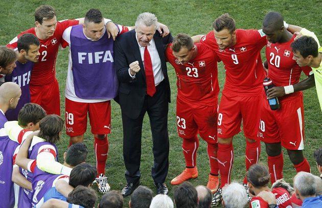 Švýcarský tým před začátkem prodloužení s Argentinou.