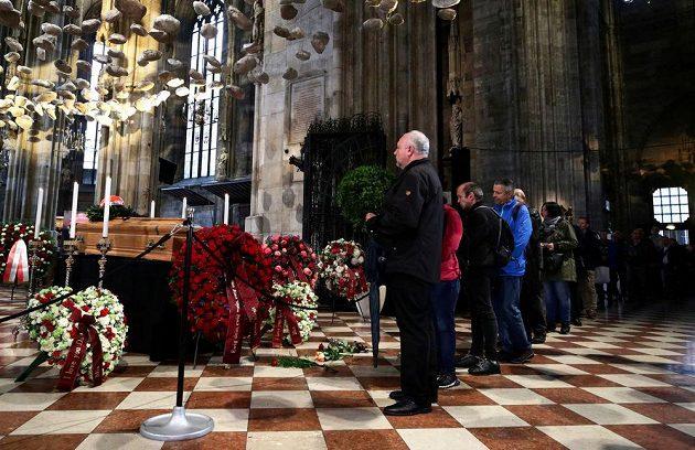Lidé se ve Svatoštěpánském dómu loučí s Nikim Laudou.