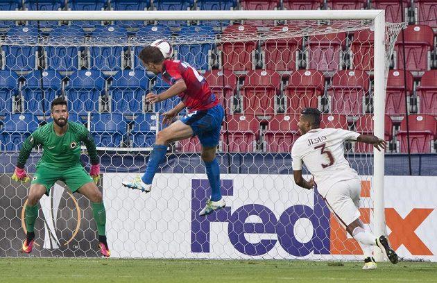 Marek Bakoš z Viktorie Plzeň (uprostřed) střílí gól. Vlevo je brankář AS Řím Alisson Becker, vpravo Juan Jesus z AS Řím.