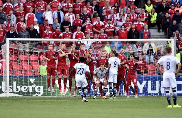 Pione Sisto z Dánska střílí přes českou zeď v úvodním utkání EURO 2015 hráčů do 21 let.
