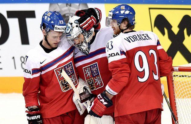 Vladimír Sobotka (zleva), Ondřej Pavelec a Jakub Voráček oslavují vítězství ve čtvrtfinále nad Finy.