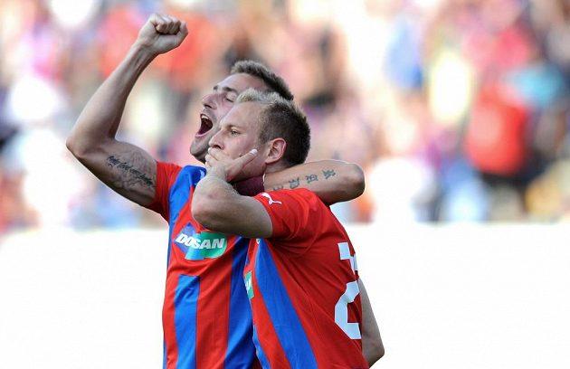 Plzeňský záložník Daniel Kolář (vpředu) a Radim Řezník oslavují gól na 2:1 během 2.předkola Ligy mistrů mezi FC Viktoria Plzeň a FK Željezničar Sarajevo.