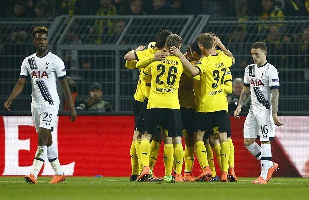 Fotbalisté Borussie Dortmund se radují z branky v zápase proti Tottenhamu.