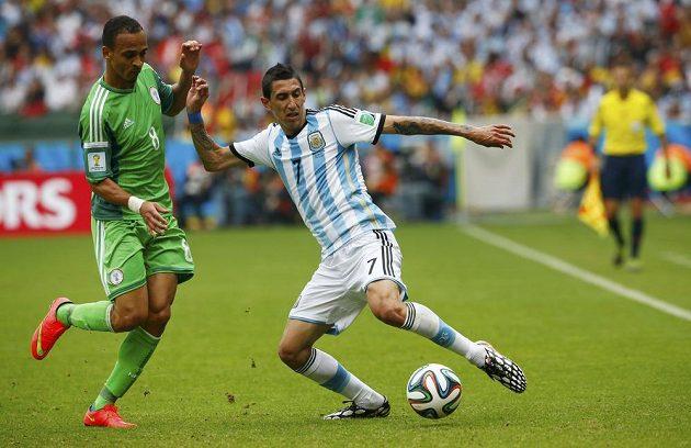 Peter Odemwingie (vlevo) z Nigérie bojuje o míč s Argentincem Angelem Di Maríou.