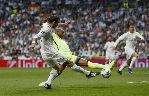 Gareth Bale (vlevo) střílí gól Manchesteru City.