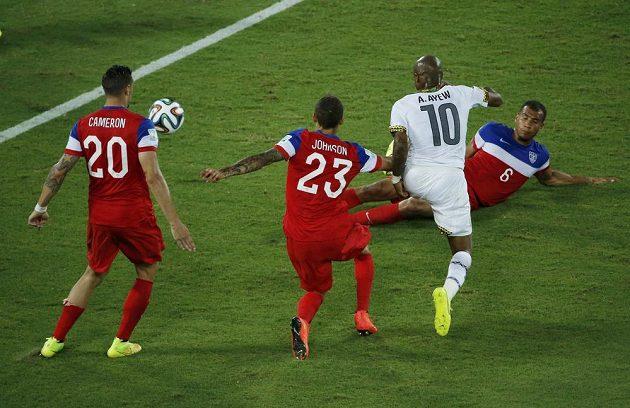André Ayew z Ghany (třetí zleva) střílí gól do sítě USA.