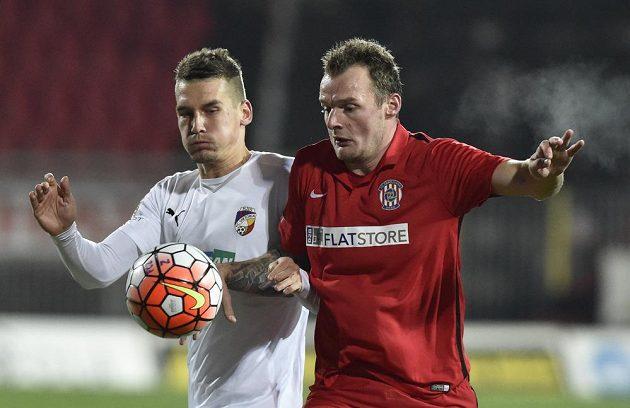 Plzeňský obránce Lukáš Hejda (vlevo) a útočník Zbrojovky Jakub Řezníček v odvetném utkání osmifinále MOL Cupu.