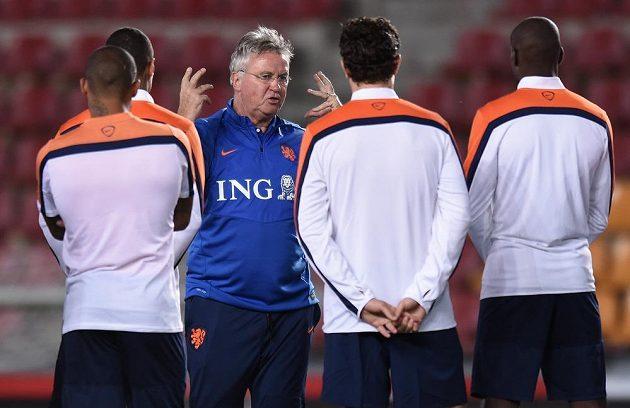 Nizozemský trenér Guus Hiddink udílí hráčům pokyny během pondělního tréninku.