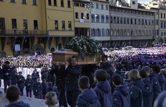 Poslední cesta kapitána Fiorentiny. Rakev s tělem Davida Astoriho je přinášena do kostela.
