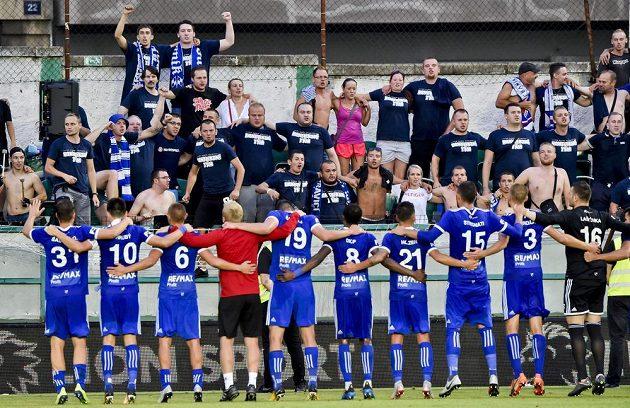 Hráči Baníku oslavují s fanoušky vítězství.