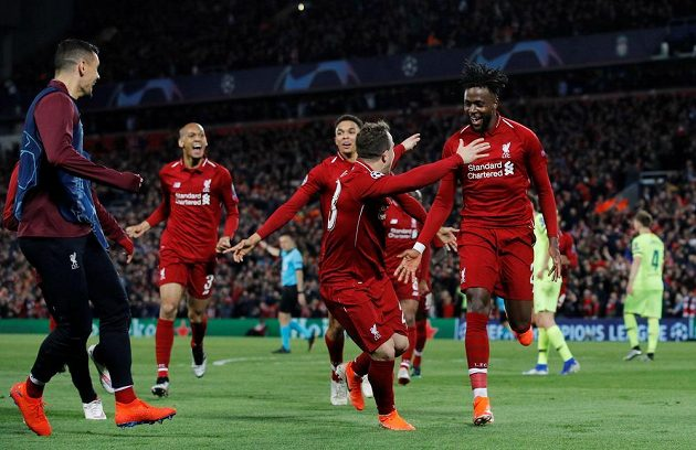 Liverpoolský Divock Origi (vpravo) se raduje ze čtvrté branky svého týmu, na snímku jsou i Xherdan Shaqiri a Trent Alexander-Arnold a další členové týmu.