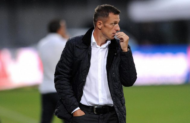 Zadumaný trenér Dukly Praha Luboš Kozel.