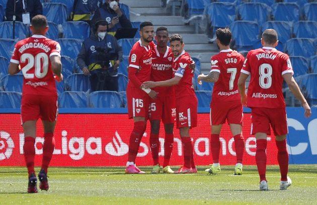 Fotbalisté Sevilly se radují z branky