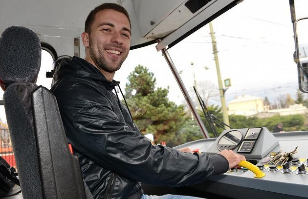 Fotbalista Sparty Josef Hušbauer si zahrál na řidiče tramvaje.