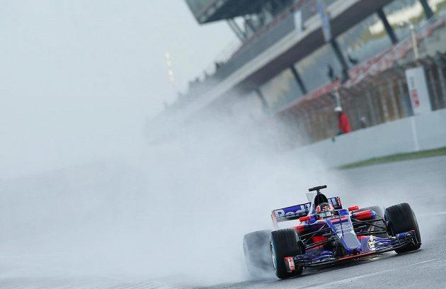 Daniil Kvjat s vozem Toro Rosso objel kvůli technickým potížím pouze jedno kolo.