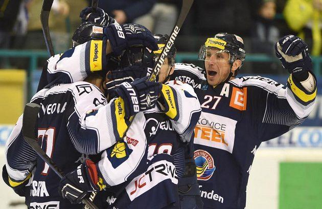 Radost hokejistů Vítkovic po jedné z branek, kterou vstřelili Pardubicím.