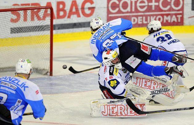 Miroslav Indrák z Plzně dává gól brankáři Brna Marku Čiliakovi. Vlevo Jiří Hanzlík z Plzně, vpravo Jan Hanzlík z Brna.