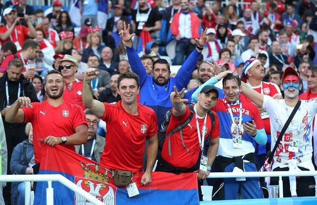Srbští fanoušci během utkání se Švýcarskem.