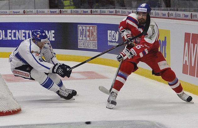 (Vlevo) Oskar Osala z Finska a český reprezentant Michal Kempný.