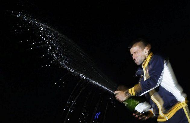 Novak Djokovič oslvuje šampaňským triumf na Australian Open