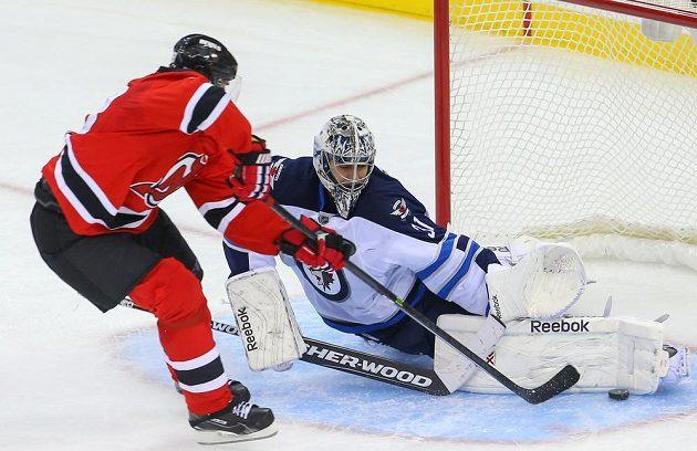 Křídelník New Jersey Jaromír Jágr se snaží překonat brankáře Winnipegu Ondřeje Pavelce.