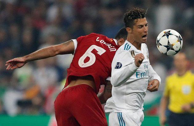 Liverpoolský Dejan Lovren a Cristiano Ronaldo z Realu ve finále Ligy mistrů.