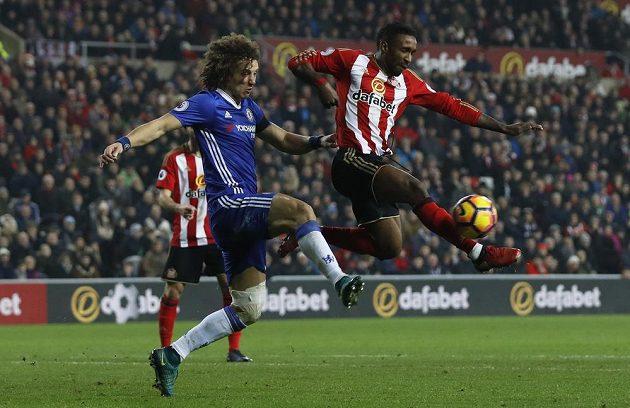 David Luiz (vlevo) z Chelsea a Jermain Defoe ze Sunderlandu