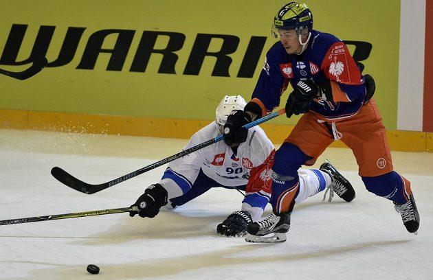 Brněnský Martin Dočekal (vlevo) v souboji s Kristianem Kuuselou z Tampere.