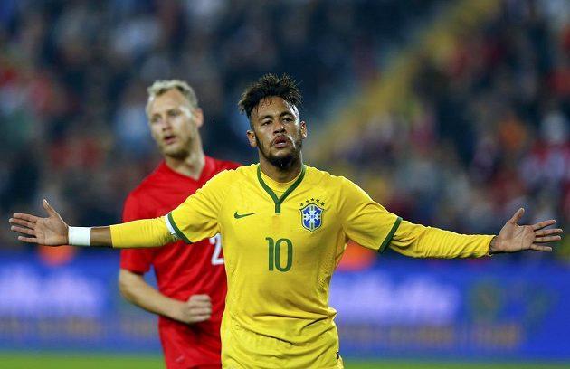 Brazilský útočník Neymar se raduje ze svého gólu v přátelském utkání v Istanbulu proti domácímu Turecku.