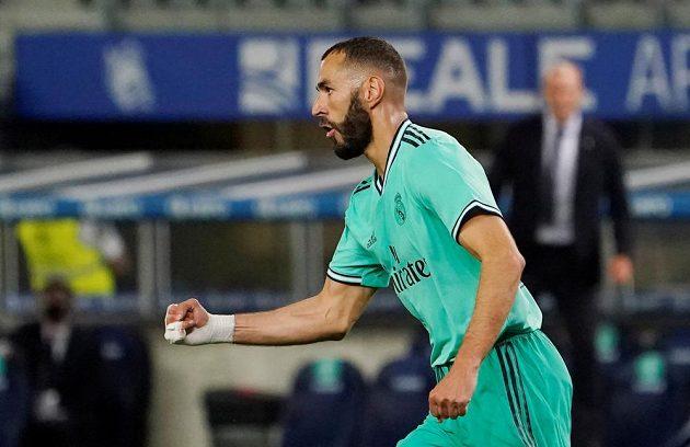 Kanonýr Realu Madrid Karim Benzema slaví vstřelený gól v utkání se San Sebastianem. Soupeř se zlobil, že při gólové akci údajně zahrál rukou a branka neměla platit.
