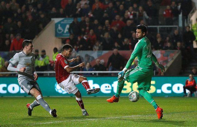 Útočník Bristolu Korey Smith střílí vítěznou branku ve čtvrtfinále anglického Ligového poháru proti Manchesteru United.